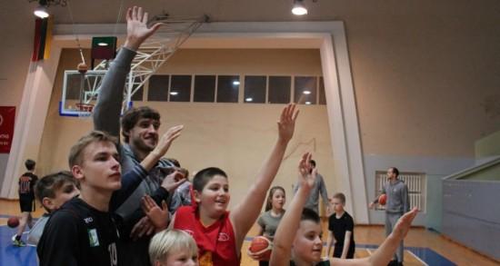 Krepšininkai smagiai leido laiką su vaikais